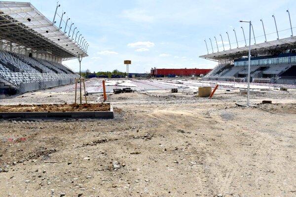 Košickú futbalovú arénu začali stavať ešte za predchádzajúceho vedenia radnice na jeseň 2018.  Kolaudácia jej prvej etapy sa posunula, aktuálne je naplánovaná na október 2020.