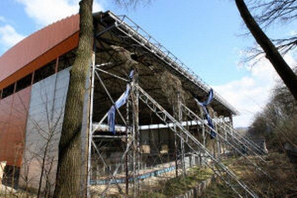 Žiarsky zimný štadión čaká na dokončenie roky.