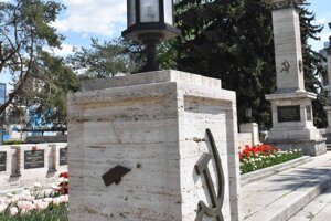 Z niektorých častí pomníka zmizli symboly.