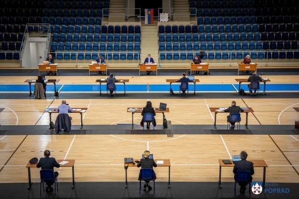 Špeciálne opatrenia pre koronavírus v Poprade. Zastupiteľstvo zasadalo na hracej ploche Poprad Arény. Rokovanie trvalo 90 minút.