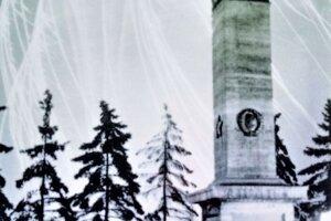 Fotografia pomníka v roku 1964 po jeho elektrifikácii. Ojedinelá fotografia, ktorá zachytáva pomník s rozsvietenými lampášmi. Fotografia je súčasťou infotabule.