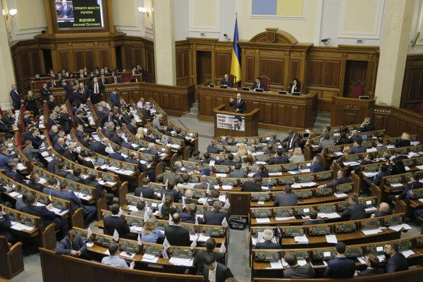 Ukrajinský parlament vo februári zakázal občanom Ruskej federácie pôsobiť vo funkcii oficiálneho pozorovateľa na prezidentských, parlamentných alebo komunálnych voľbách v krajine.