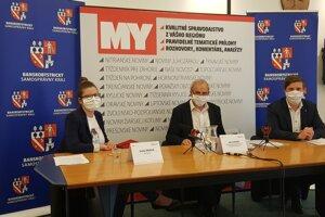 Moderátorka diskusie Ivana Zigová s predsedom BBSK Jánom Lunterom a riaditeľom Úradu BBSK Matúšom Hollým