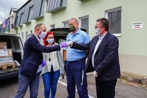 Trnavský župan Jozef Viskupič prevzal od zástupcov spoločnosti Chemolak viac ako 300 litrov dezinfekcie.