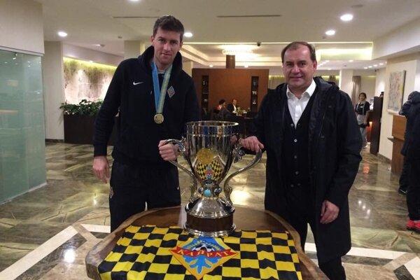Ľubomír Michalík s Vladimírom Weissom starším po zisku Kazašského pohára s Almaty.
