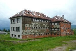 Na nedokončenú školu sa prišli pozerať záujemcovia z Košíc, zo Spiša, chcel ju i miestny rodák. Ani jeden ju nekúpil.