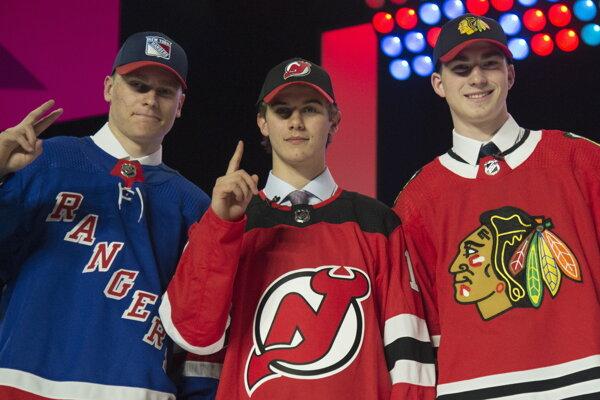 Najvyššie postavení hráči počas draftu NHL 2019, zľava Kaapo Kakko, Jack Hughes a Kirby Dach.