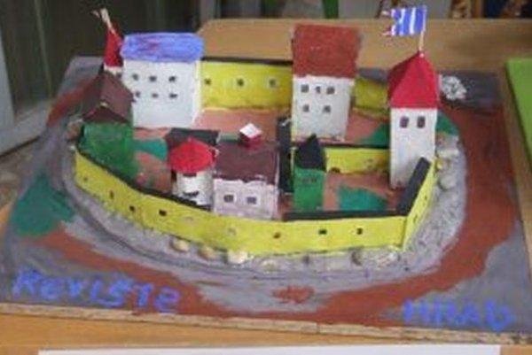 Výroba makety hradu trvala približne mesiac.
