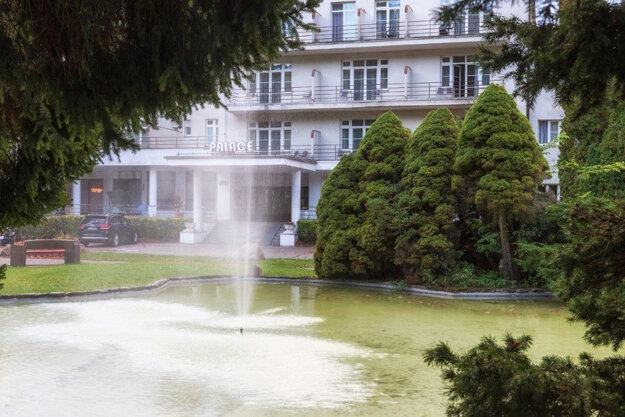Pohľad do areálu pred kúpeľným hotelom Palace na Sliači, ktorý sa stal od 1. mája karanténnym centrom pre repatriantov