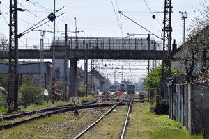 Nadjazd vedie ponad železničnú trať.