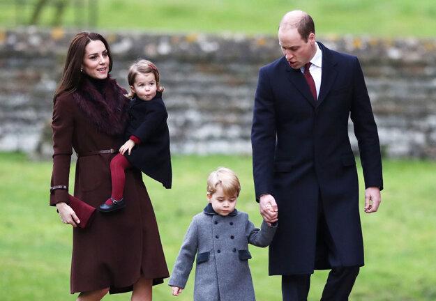 Britský princ William,  jeho manželka Kate a ich deti princ George a princezná Charlotte prichádzajú na tradičnú vianočnú omšu, 25. decembra 2016 v Englefielde.