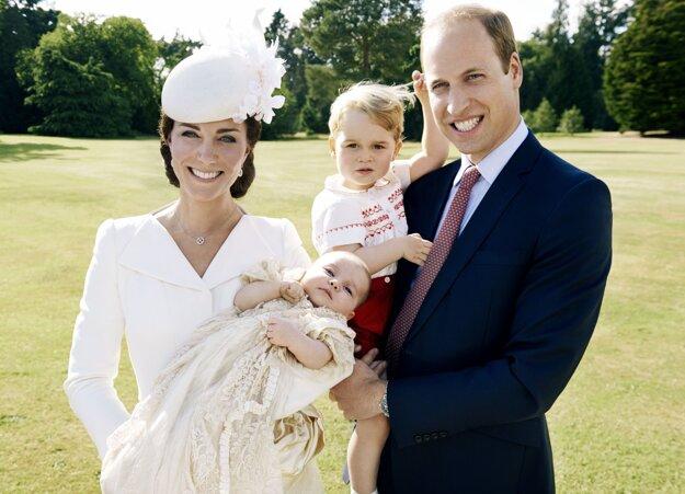 Na snímke vydanej 9. júla 2015  Kensingtonským palácom britský princ William (vpravo), jeho manželka Kate a ich deti princ George a princezná Charlotte pózujú po Charlottiných krstinách 5. júla 2015 v Sandringhame.