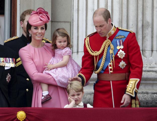 Kate, vojvodkyňa z Cambridgea, princezná Charlotte, princ George a princ William sledujú leteckú šou z balkóna Buckinghamského paláca po tradičnej vojenskej prehliadke na počesť 91. narodenín britskej kráľovnej Alžbety II. v Londýne 17. júna 2017.