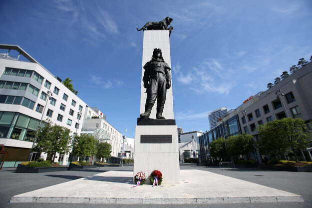 Pamätník Milana Rastislava Štefánika na bratislavskom Nábreží M. R. Štefánika počas pietnej spomienky pri príležitosti 101. výročia jeho tragického úmrtia.