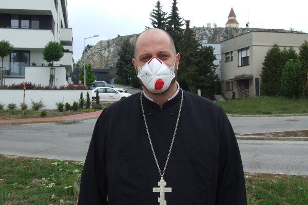 Kňaz Lukáš Nováček na pozemku, kde bude stať chrám. Je z neho výhľad na Kalváriu.