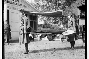Pohotovosrná ambulancia Červeného kríža vo Washingtone počas pandémie chrípky v roku 1918.