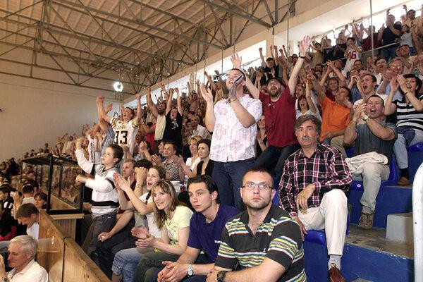 Archívna snímka z roku 2005, keď nitrianski basketbalisti získali prvý titul. Na fotke sedí vpravo dolu v bielych nohaviciach a kockovanej košeli Jozef Mečiar.
