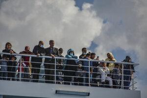 Migranti na palube lode v aténskom prístave.