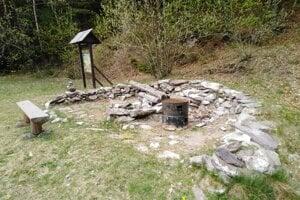 Z repliky pravekej pece si niekto urobil ohnisko. Budú ju musieť vybudovať nanovo.