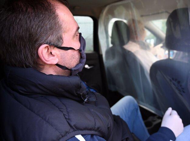 Svoje služby obnovujú aj taxikári. Priestor medzi vodičom a klientom však musí byť vhodným spôsobom oddelený, pričom v zadnej časti auta musí byť vypnutá klimatizácia.