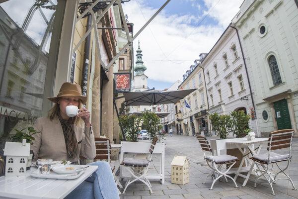 Letná terasa kaviarne v centre Bratislavy.