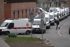 Sanitky, ktoré privážajú pacientov s podozrením na koronavírus, čakajú v rade na vstup do nemocnice v Petrohrade.