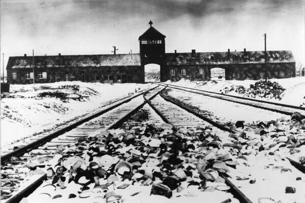 Na snímke z januára 1941 je  vchod do nacistického koncentračného tábora Osvienčim v Poľsku.