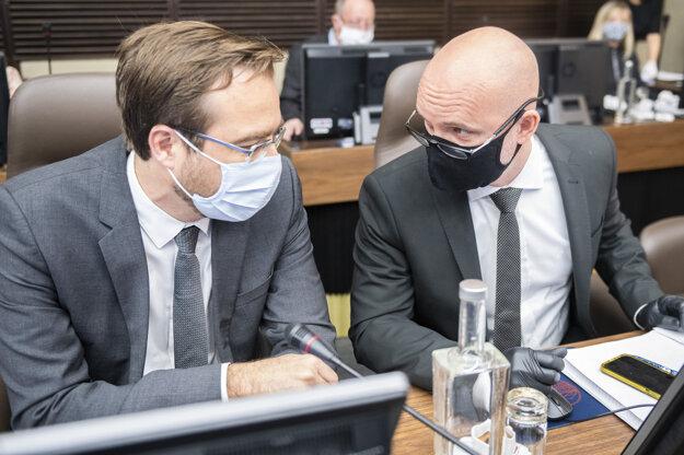 Zľava minister zdravotníctva Marek Krajčí (OĽaNO) a minister školstva Branislav Gröhling (SaS) počas rokovania vlády v Bratislave 7. mája 2020.