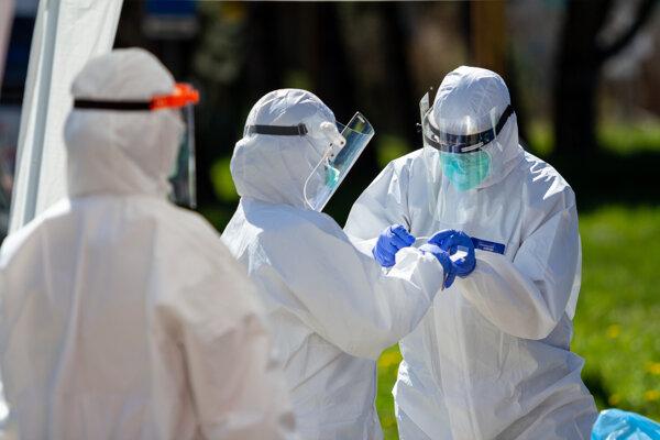 Dobrovoľníci idú do služby. Odoberajú vzorky v žilinskej nemocnici.