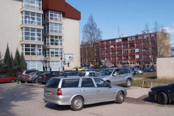 Autá dnes v nemocnici parkujú, kde sa dá.