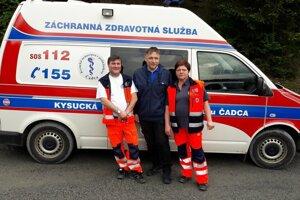 Riaditeľ Kysuckej nemocnice Martin Šenfeld (v strede) so záchranármi.