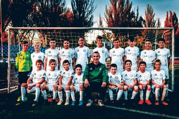 Družstvo mladších žiakov FKM Nové Zámky kategória U13, ktoré účinkuje vdruhej lige.