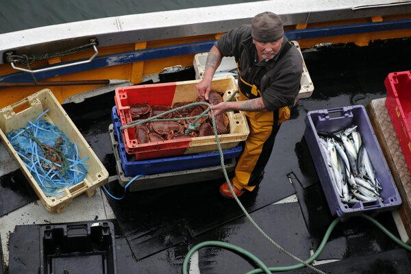 Rokovania o obchodnej dohody komplikuje spor o rybárstvo.