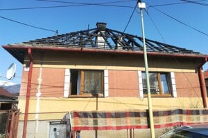 Pri požiari zhorela Brukovcom strecha rodinného domu.