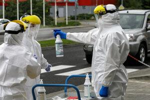 Testovania nového koronavírusu u ľudí priamo z okna auta.
