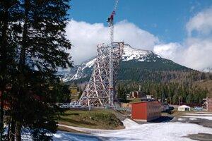 Pri športovom komplexe FIS rastie vyhliadková veža. Bude 53 metrov vysoká a 18 metrov široká.