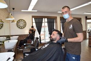 Barber Shop Levice otvorili po ôsmich týždňoch povinnej pauzy.