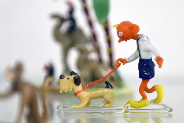Výstava ponúka zbierku 350 kusov sklenených výrobkov od najvýznamnejších slovenských a českých dizajnérov.