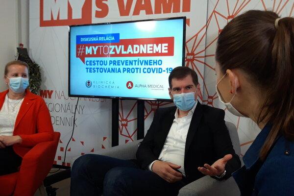 Moderátorka Monika Janigová s hosťami Jarmilou Melegovou a Petrom Lednickým.
