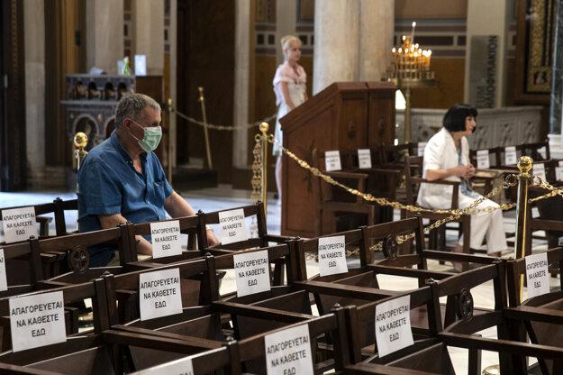 V gréckych kostoloch musia veriaci dodržiavať pre hrozbu šírenia ochorenia COVID-19 prísne pravidlá, vrátane dostatočných odstupov.