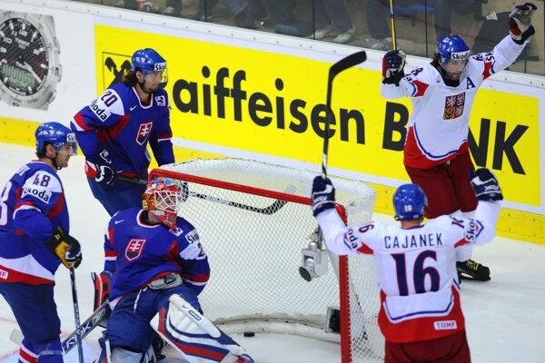 Jaromír Jágr (vpravo hore) na ilustračnej fotografii z MS 2009 v zápase Slovensko - Česko.