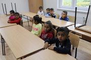 Deti v škole v obci Ostrovany.
