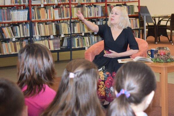 Irina pri adventnom čítaní v Kysuckej knižnici.