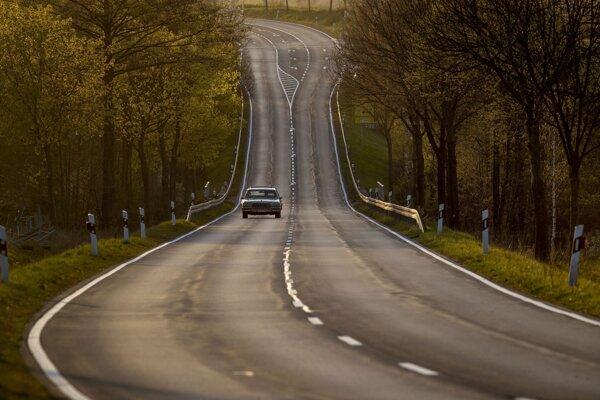 Ilustračná fotografia. Pre pandémiu ľudia menej cestovali. Vedci zistili, že emisie oxidu uhličitého z pozemnej dopravy sa preto výrazne obmedzili.