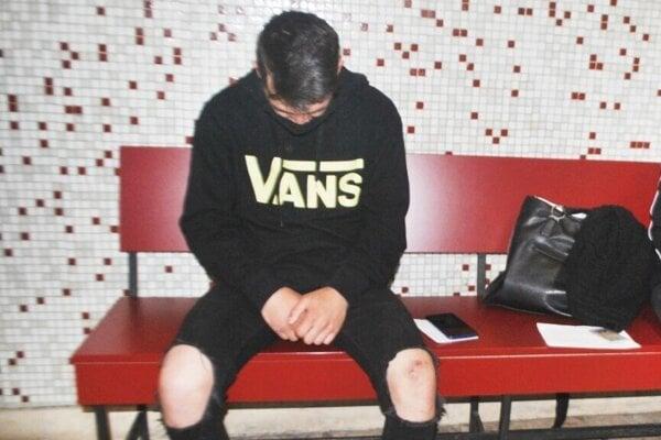 Ján prišiel na súd v roztrhaných nohaviciach.