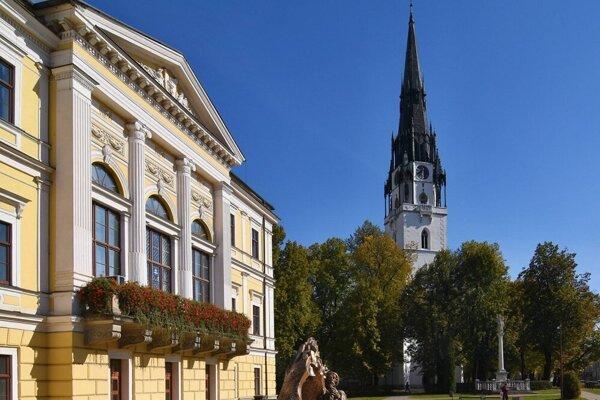 Najvyššia kostolná veža na Slovensku na Radničnom námestí v Spišskej Novej Vsi.