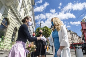 Generálna riaditeľka Slovenskej národnej galérie Alexandra Kusá (vľavo) víta prezidentku SR Zuzanu Čaputovú počas navštevy SNG v Bratislave.