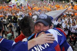 Ján Laco počas osláv po zisku striebra na MS v hokeji 2012.