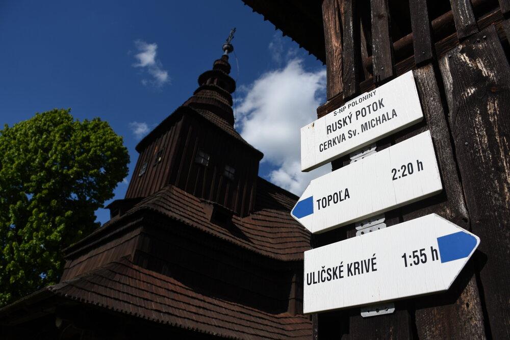 Z obce je možné dostať sa po turistických značkách do Topole či Uličského Krivého