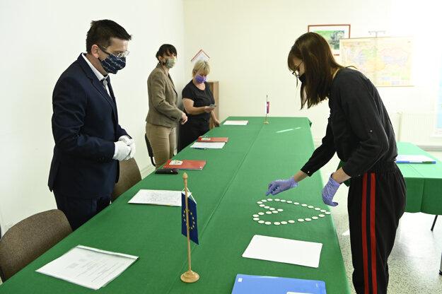 Pre pandémiu nového koronavírusu sa v tomto školskom roku celoplošné písomné ani ústne maturity nekonajú.